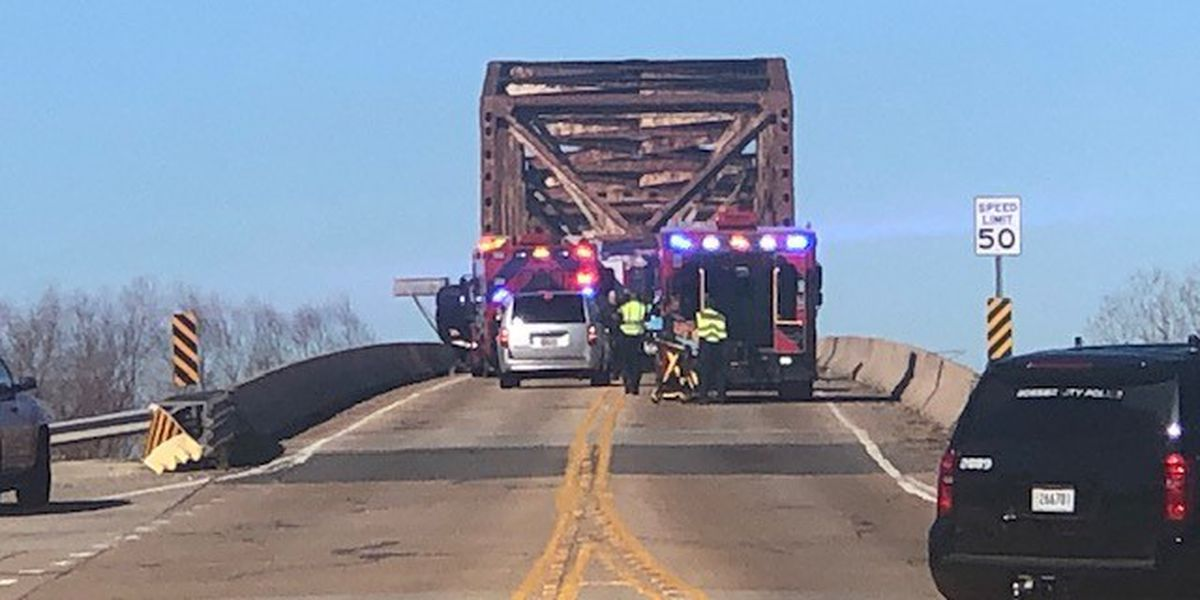 Crews respond to rollover wreck on Jimmie Davis Bridge