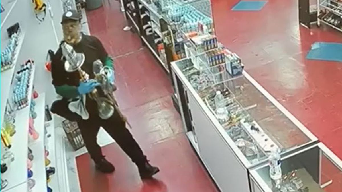 Gunman steals cash, smoking devices from store