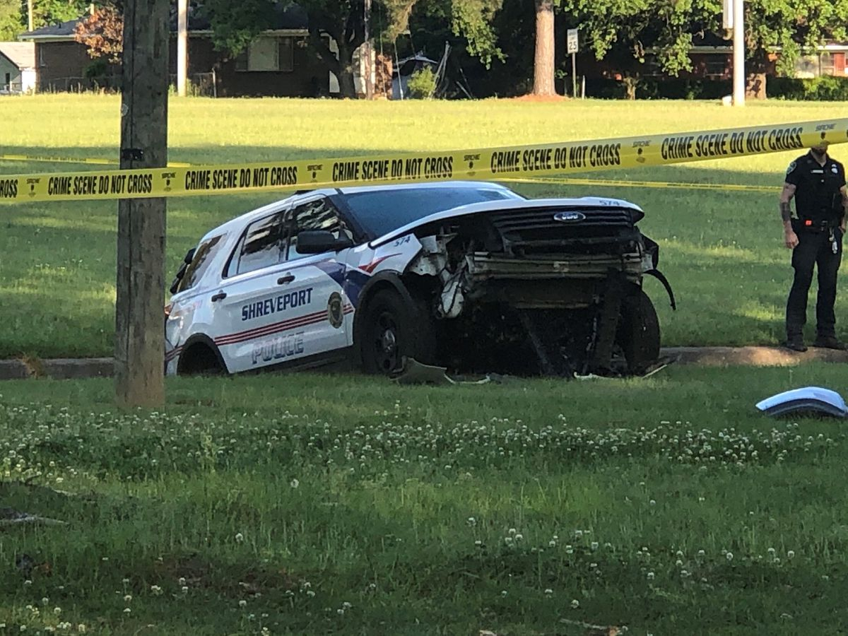 Police unit crashes in ditch in Shreveport park