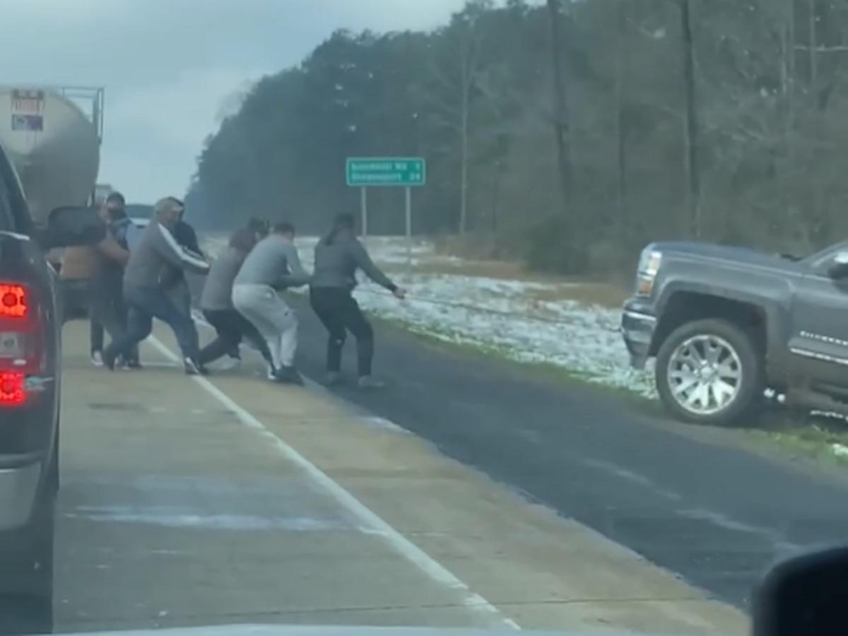 VIEWER VIDEO: Strangers help woman stuck in ditch on interstate