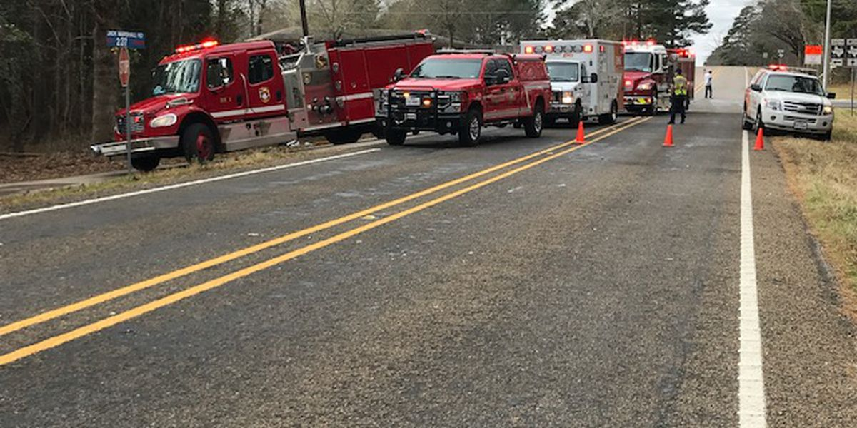 3 dead after two-vehicle wreck in Smith County