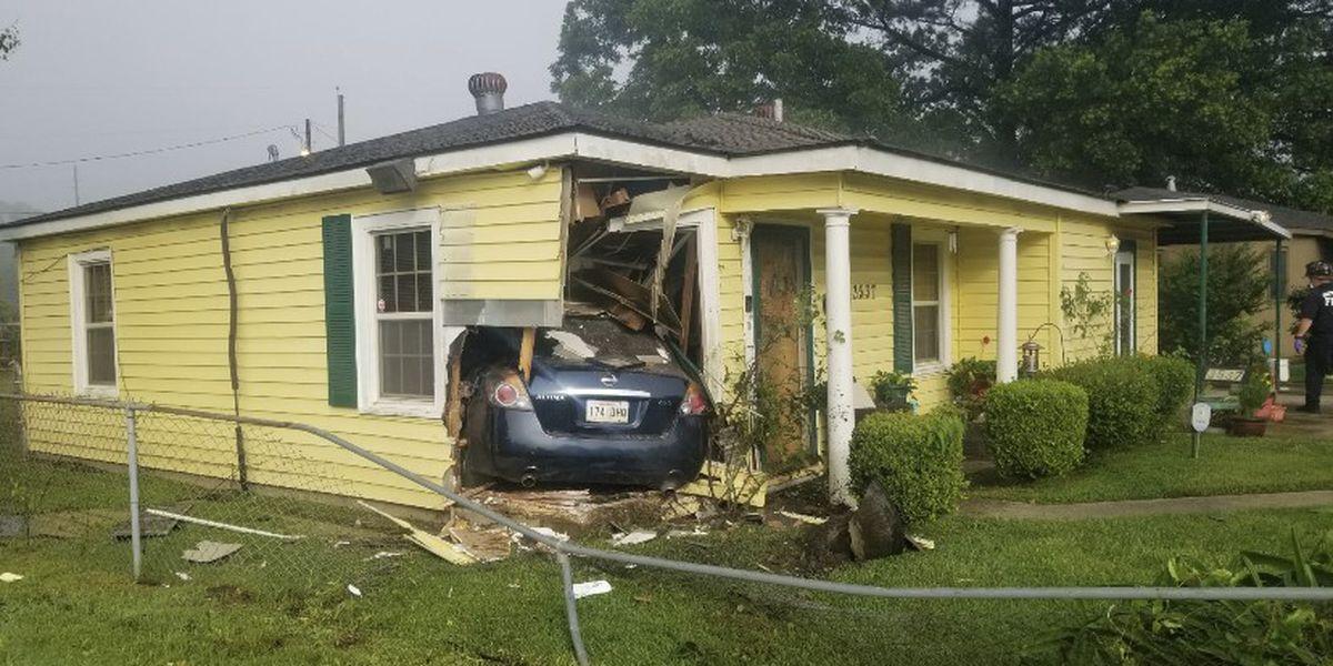 Driver crashes car into Shreveport home