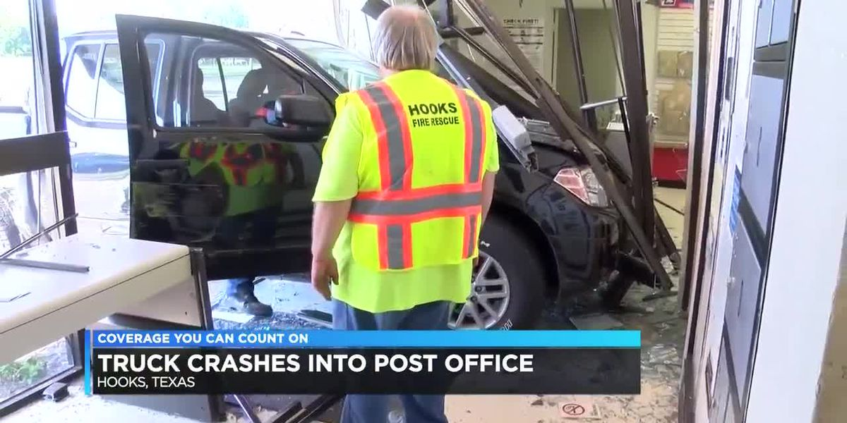 Truck crashes into Hooks, TX post office