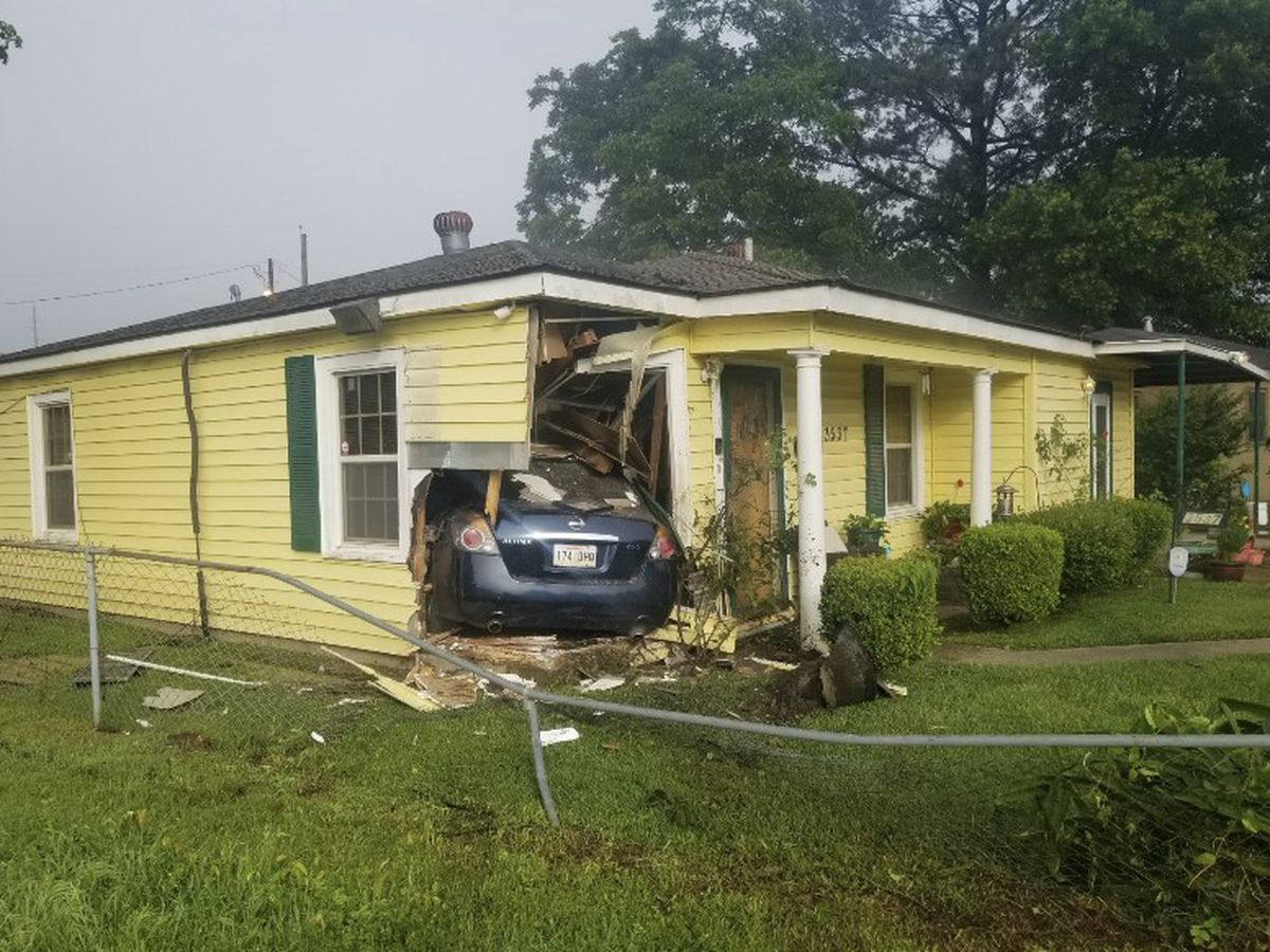 Driver crashes car into Shreveport home