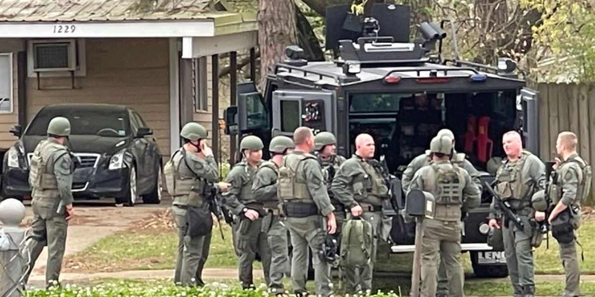 Law officers go to Bossier City residence in search of suspect in Texas homicide case
